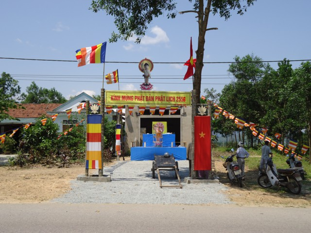 Huế: Trang hoàng Lễ đài tư gia cúng dường ngày Phật đản