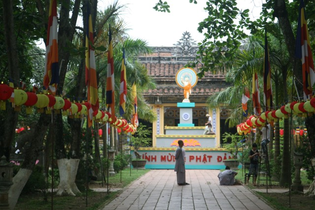 Huế: Sôi động thiết trí lễ đài Phật đản